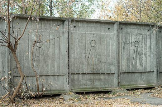 Некоторые приметы советской Москвы: фонарные столбы, почтовый ящик, люк Мосгоргеотрест, составные заборы из рифлёнки и из бетонных блоков.