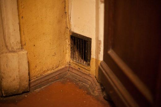 Изначально дом имел печное отопление — печи есть в каждой комнате, всего их шесть, плюс камин в детской, но теперь они — просто элемент интерьера.