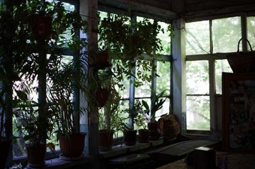 Зимой в доме холодно: всюду щели и сквозняк. На террасе зимой чуть теплее, чем на улице.