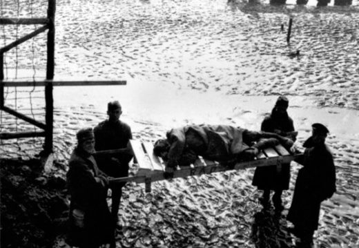 Военнопленного несут на носилках в лазарет Цайтхайна