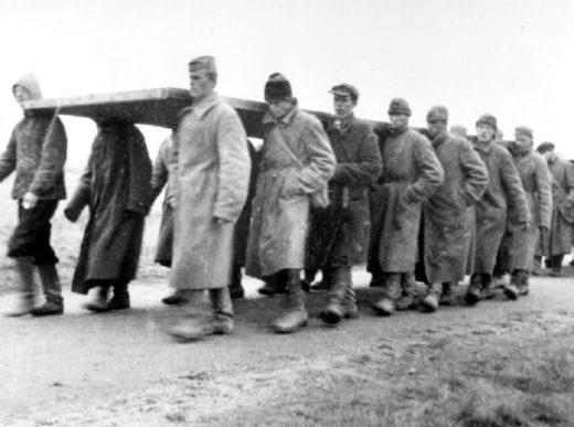 Советские военнопленные при строительстве бараков в Цайтхайне, 1941 год.